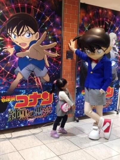 日本电影院惊现两米巨人柯南壁咚小女孩!