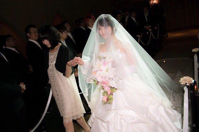 清水爱举行婚礼 伴娘中原麻衣牵手清水爱