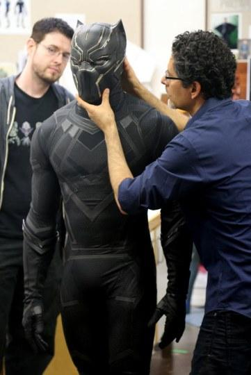 """""""还有很多人担心黑豹戴着面罩怎么看外面,博斯曼说其实面具从里面看"""