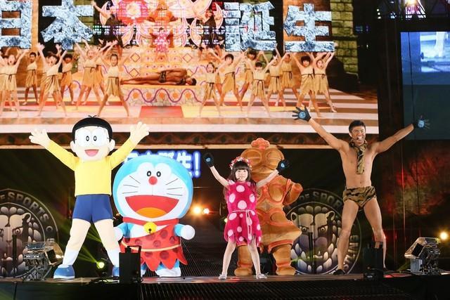 哆啦A梦登上东京巨蛋摔角舞台表演舞蹈