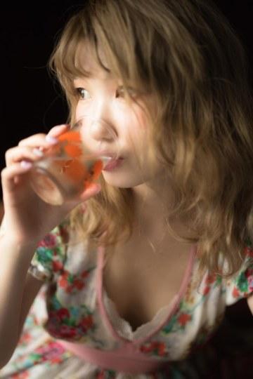 乳沟美腿很性感!内田彩写真集明年1月发售
