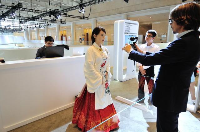 """中国美女机器人""""佳佳""""震惊日本网友"""