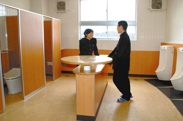方便厕所吃饭?日本中学厕所出现桌子