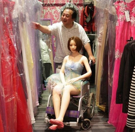 日本大叔与充气娃娃的爱情在国外火了