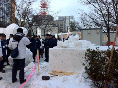 札幌冰雪节初音未来雪雕崩塌伤人
