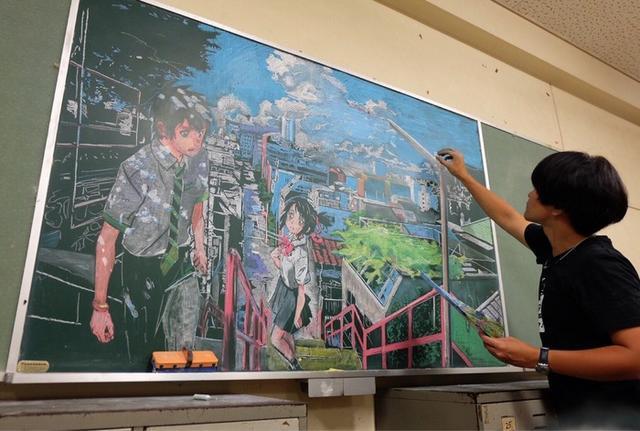 香港学生妹5小时神还原《你的名字。》黑板画