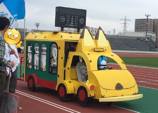 加帕里巴士车速太慢!岛国劳动节游行惊现人力推车