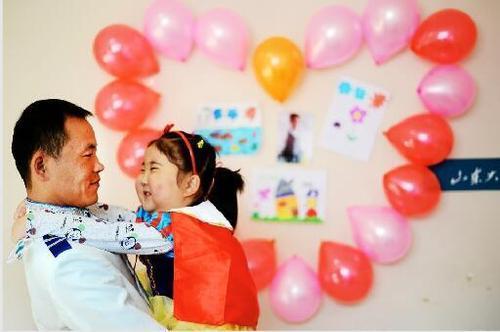 """现实中最美童话 6岁白雪公主""""嫁""""给爸爸"""