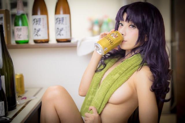 赤身裸体、真空上阵 D乳美女毛巾遮胸COS葛城御姐