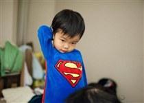 惨剧!9岁孩子模仿超人跳入搅拌机险些丧命