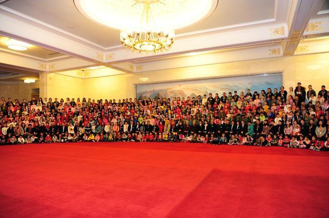 《中国少年儿童美术书法摄影作品》(20卷珍藏版)在大会堂首发