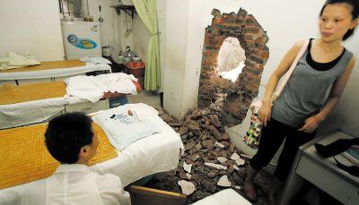 万斤巨石崩裂滚下坡 砸穿南坪按摩院6人受惊