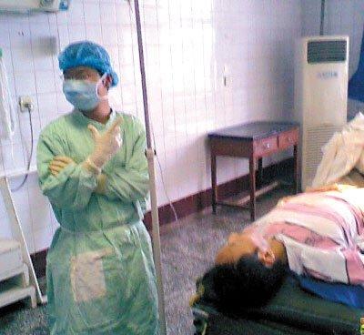 可怜病人正手术 眼镜医生摆POSE玩起自拍(图)