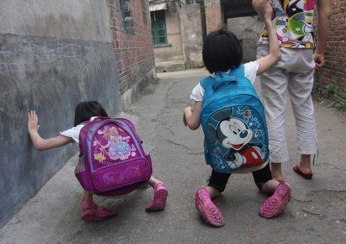双胞胎姐妹患先天疾病 爬行上学犹如长征(图)