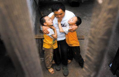 残疾父带着双胞胎儿乞讨赴蓉 向前妻索抚养费