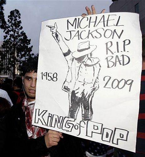 歌迷不愿相信杰克逊已去世 搜证证明其还在生