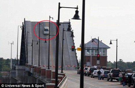 美女司机开车遭遇吊桥开启 高空煞车吓破胆