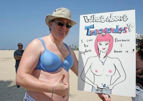 美国女人为享有光膀子权游行