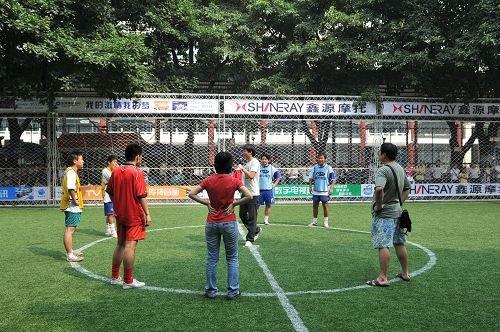 央视足球频道主持人现场组织互动活动