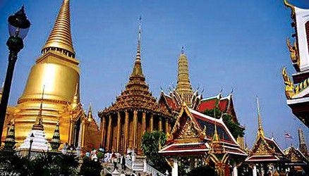 泰国美食中,各种金黄色的菜式最能令人垂涎欲滴:咖喱蟹,芒果大虾,菠萝
