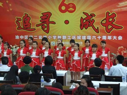 学生合唱《萤火虫》助阵庆祝活动