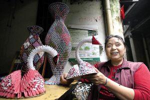 转载:扑克牌折花瓶 大妈成了社区艺术家图片