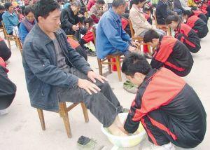 活动 老师指导学生给父母洗脚