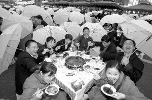 南滨路免费火锅宴 42万人雨中开烫火锅