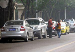 """重庆主城停车有六怪 收费员成马路""""牛""""人"""