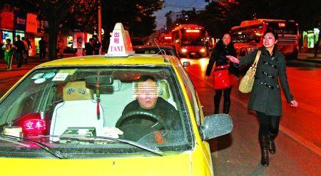 """凌晨交班""""流产"""" 重庆出租车该何时交班?"""