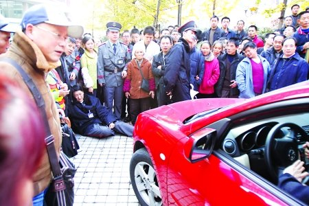 硬要在消防通道停车 女子受阻开车撞保安(图)_