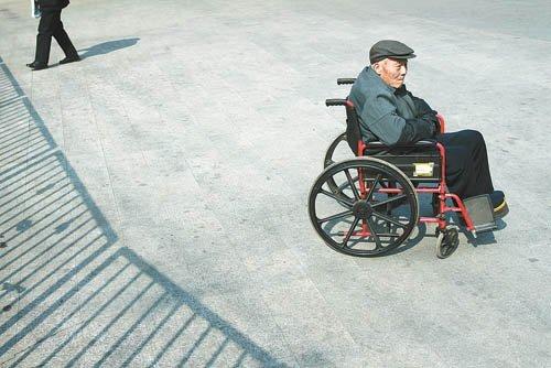 谁陪中国老人走完最后一段人生路?