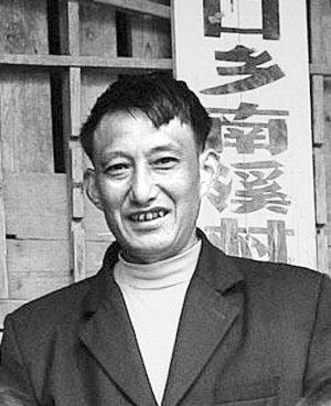 酉阳山村教师背学生渡河上学22年