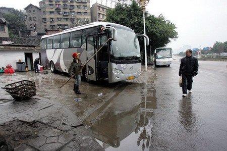 露天洗车场霸占人行道 市民被迫绕马路通行; 洗车场效果图;