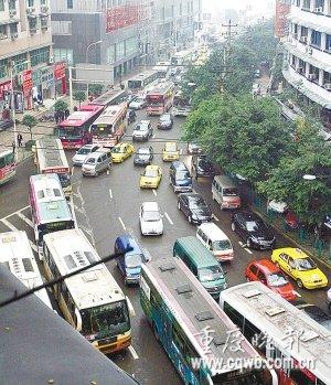 高峰时段增投大容量公交车 部分线路只停大站