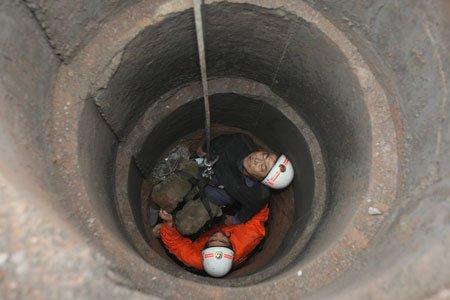 男子醉酒后追打工人 失足掉入7米地基井