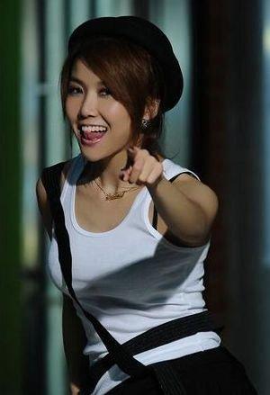 王蓉整容后首拍写真 自信高涨发型多变