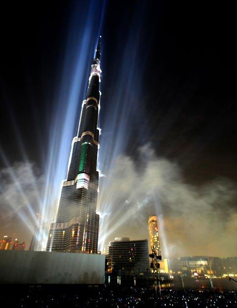 """配合迪拜塔的惊人建筑数据,启用典礼动用大量特别效果,包括868盏大型闪光灯以及最少50种全计算机控制激光音响效果。典礼3大主题表演包括""""从沙漠之花到迪拜塔""""、""""心跳时刻""""和""""从迪拜、阿联酋走向世界"""",最后以1万多组大型烟花表演作为结束。"""