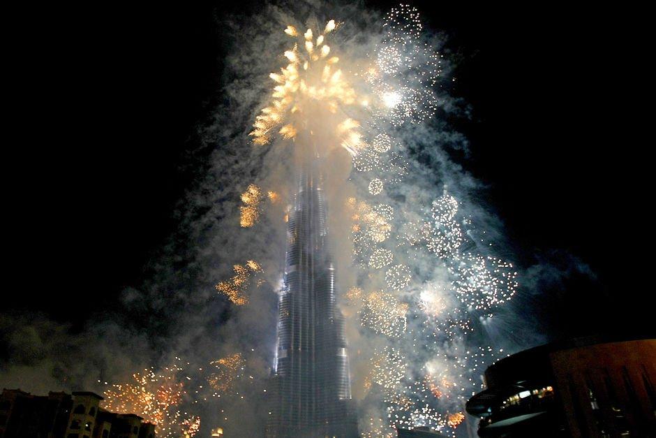 """北京时间1月4日晚12时,世界第一高楼迪拜塔举行落成启用典礼,公布大楼高度为828米,同时大楼改名为""""哈里发""""。"""