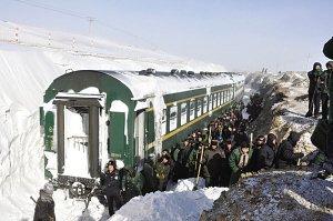 暴雪封停列车1400人受困 积雪最厚达3.1米(图)