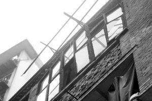 4楼玻璃窗悬在半空 过路居民心慌慌