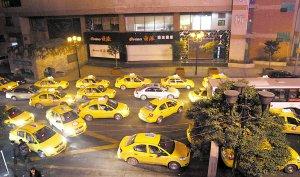 出租车揽客太自私 较场口半夜拥堵严重