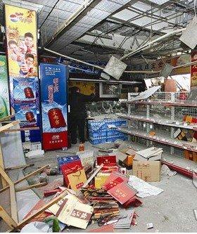 拆迁公司暴力强拆 用挖掘机挖破超市搬走货物