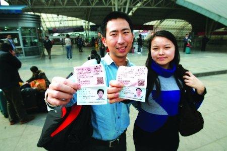 美女仅花5分钟排队 买走重庆首张实名火车票_