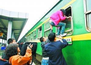 站长因列车员帮旅客爬窗被免 万名网友喊冤