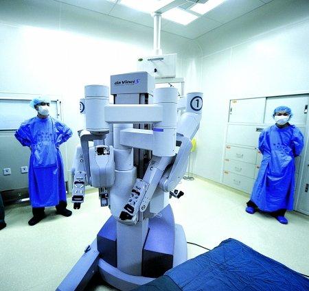 """""""达芬奇""""机器人来渝 三头四臂能做手术"""