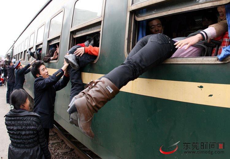 图为一些乘客从车窗爬上列车。 (图1)