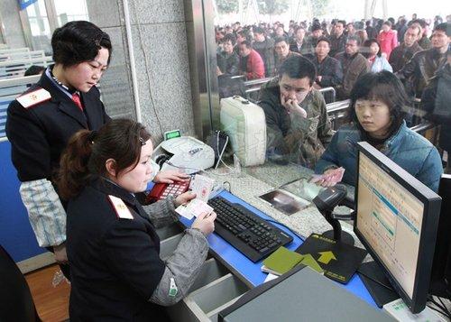 重庆火车站启用临时售票棚 去广州车票紧张_重