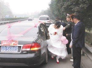 """他结婚很""""洋气"""" 执法车当婚车送新娘(图)"""