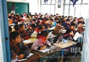 50平米教室挤满91名学生 娃娃上课很压抑(图)